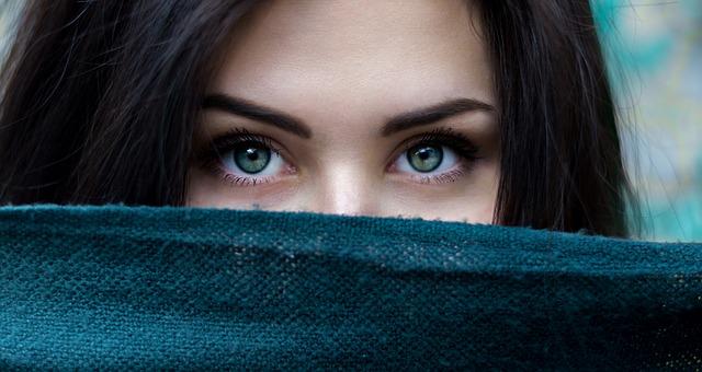 dívka za šálou
