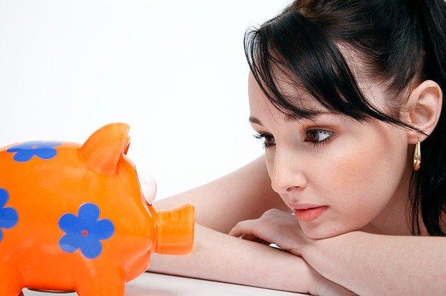 zamyšlená žena, pokladnička, prasátko, finance