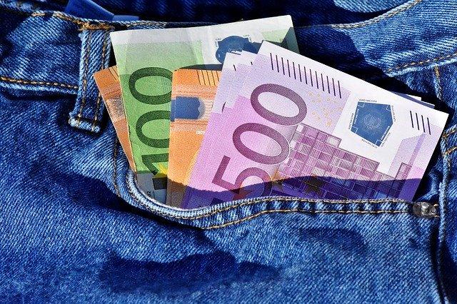 bankovky v kapse, peníze, džíny