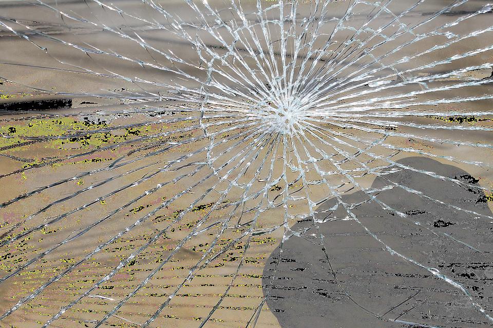 prasklé sklo
